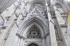 Детали фасада собора St. Patrick от центра города Манхаттана в Нью-Йорке в Соединенных Штатах Стоковые Изображения