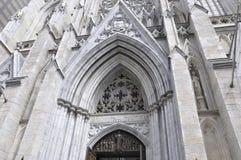 Детали фасада собора St. Patrick от центра города Манхаттана в Нью-Йорке в Соединенных Штатах Стоковое фото RF