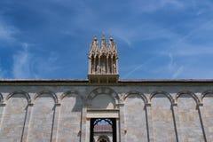 Детали экстерьера di Santa Maria Assunta Cattedrale Metropolitana Primaziale собора Пизы; стоковое изображение