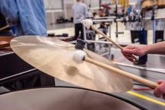 Детали cymballs барабанят, набор барабанчика во время концерта Стоковые Изображения RF