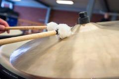 Детали cymballs барабанят, набор барабанчика во время концерта Стоковые Изображения