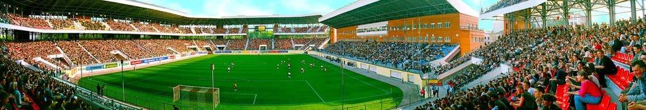 Детальная панорама перспективы юбилея/Yuvileiny футбольного стадиона заполнила с вентиляторами во время дневного времени игры фут стоковые изображения