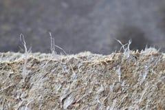 Детальная фотография материала заволакивания крыши с асбестовыми волокнами Здоровье вредное и влияние опасностей стоковое фото