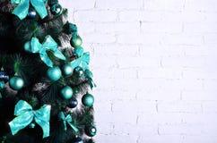 Детальное фото рождественской елки украшенной с подарками, яркими покрашенными сферически игрушками, лентами и концом-вверх гирля Стоковая Фотография