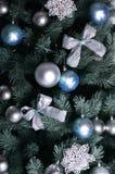 Детальное фото рождественской елки украшенной с подарками, яркими покрашенными сферически игрушками, лентами и концом-вверх гирля Стоковые Фотографии RF
