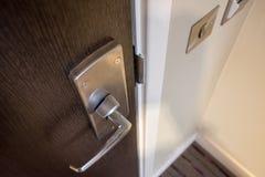 Детальный взгляд современной системы руки и фиксировать двери квартиры стоковое фото