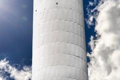 Деталь башни ТВ Гамбурга с драматическими облаками на заднем плане стоковые изображения rf