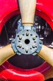 Деталь вида спереди винтажного красного пропеллера самолет-биплана, двигателя и болтов установки стоковое изображение rf