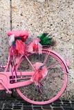 Деталь винтажное розового и фиолета покрасила велосипед украшенный с цветками лаванды и deco лент сирени Стоковое фото RF