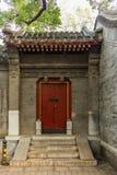 Деталь входа дома в традиционный Пекин Hutong в Ch стоковое изображение