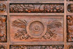 Деталь высекаенной картины на деревянной двери Стоковая Фотография