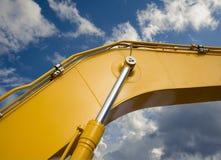 Деталь гидравлической руки экскаватора поршеня бульдозера на backg неба Стоковое Изображение RF