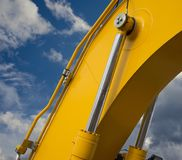 Деталь гидравлической руки экскаватора поршеня бульдозера на backg неба Стоковые Фото