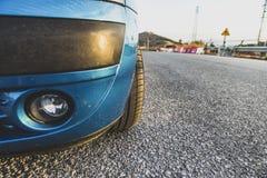 Деталь голубых бампера и покрышки автомобиля Стоковое Изображение