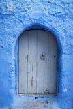 Деталь деревянной двери покрашенной в сини в красивом городке Chefchaouen в Марокко Стоковая Фотография