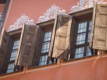Деталь деревянных окон живописных домов Пловдива в Болгарии Стоковые Фотографии RF