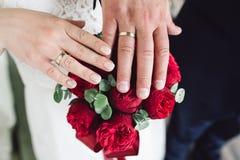 Деталь держать букета и рук ` s невесты Стоковая Фотография RF