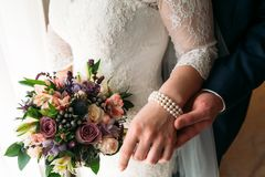 Деталь держать букета и рук ` s невесты Стоковые Фото