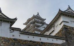 Деталь замка Himeji и стены на ясный, солнечный день Himeji, Hyogo, Япония, Азия стоковое изображение rf