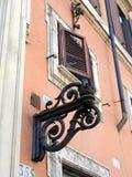Деталь здания Рима с уличным фонарем литого железа Стоковые Фото