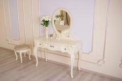 Деталь интерьера комнаты с женским будуаром стоковое фото rf
