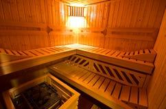 Деталь кабины сауны внутренняя с открыть дверью и освещенным освещением Стоковые Изображения
