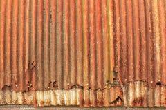 Деталь: Картины ржавчины и металл крошить на стороне старой хаты Quonset стоковые фото