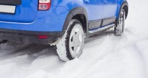 Деталь колеса автомобиля в снеге перемещаясь или сползая стоковая фотография rf