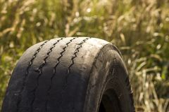 Деталь конца-вверх автошины колеса автомобиля плохо несенной и облыселой из-за отслеживать бедных или выравнивания колес Стоковое Изображение RF