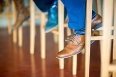 Деталь коричневого ботинка джентльмена сидя в баре на высокой табуретке Стоковая Фотография RF