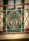 Деталь красивой старой чугунной решетки балкона стоковое изображение