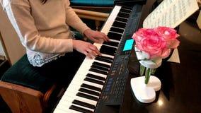 Деталь красивых рук женщины играя мелодию рояля романтичную видеоматериал
