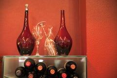 Деталь красных бутылок и стеклянной бутылки Стоковое Изображение