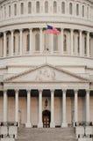 Деталь купола капитолия США с флагом США на flagpole - стоковая фотография