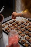 Деталь макаронных изделий чая, с шоколадом и украшением покрашенных сердец сахара стоковые фотографии rf