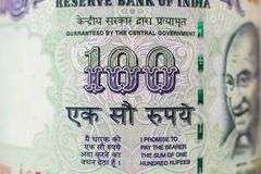 Деталь макроса на индейце счет 100 рупий стоковые изображения rf
