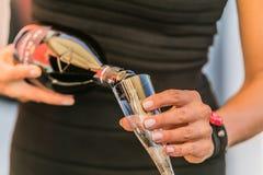 Деталь на лить шампанском в стекло стоковые фото