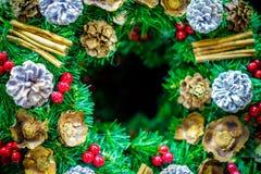 Деталь орнамента венка рождества с украшениями и разбивочного космоса экземпляра для сообщения или логотипа xmas предпосылки весе Стоковое Фото