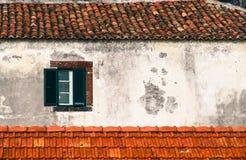 Деталь от традиционного старого португальского фасада с зеленым и белым деревянным окном Стоковые Изображения