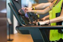 Деталь пальцев касаясь сенсорному экрану современного третбана в фитнес-клубе стоковые изображения rf