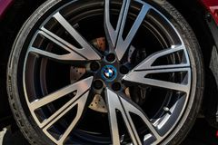 Деталь передней тормозной системы BMW i8 автомобиля спорт plug-in гибридного стоковая фотография