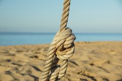 Деталь перил веревочки дорожки пляжа, старого поляка металла, каникул взморья, безмятежности, релаксация, Стоковое Фото