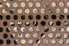 Деталь пефорированной и ржавой металлической пластины металла, ржавых и пропускающего влагу, металла вытравленная текстура стоковое фото rf