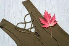 Деталь платья с связями, красит хаки изолированный клен листьев модная концепция Стоковое Изображение