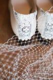 Деталь пяток пары белых винтажных ботинок уравновешенных с шнурком и жемчугами Стоковые Фото