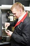 Деталь работника измеряя с крумциркулем Стоковая Фотография