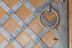 Деталь ржавого овального кольца металла на старом коричневом деревянном стробе Стоковые Фотографии RF