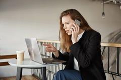 Деталь рудоразборки девушки в онлайн-магазине Крытая съемка симпатичной студентки в кафе, сидящ над компьтер-книжкой, указывая на Стоковые Изображения RF