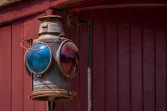 Деталь света камбуза с красной предпосылкой стоковые фотографии rf