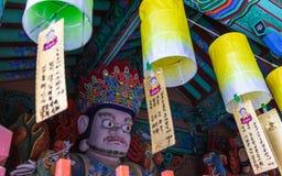 Деталь скульптуры в корейском Buddhistic виске Beomeosa на туманный день Размещенный в Geumjeong, Пусан, Южная Корея, Азия стоковое изображение